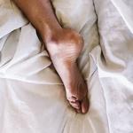 Пятка на постели