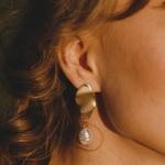 Сережка украшает правое ухо