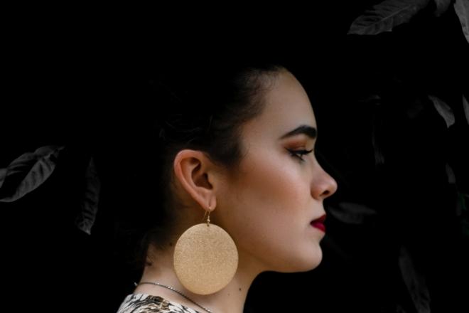 У девушки с круглой сережкой звенит в правом ухе