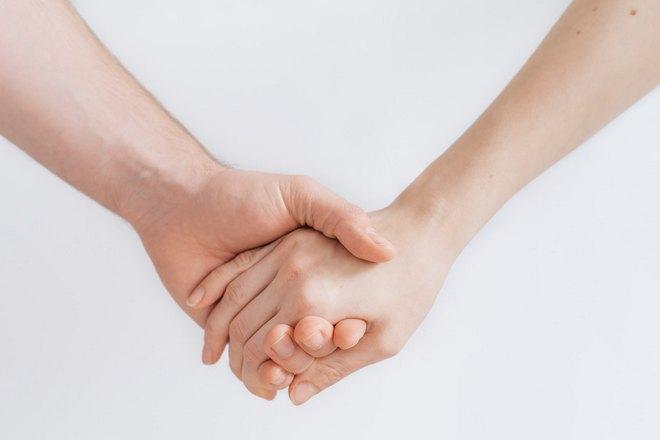 Держаться за руки