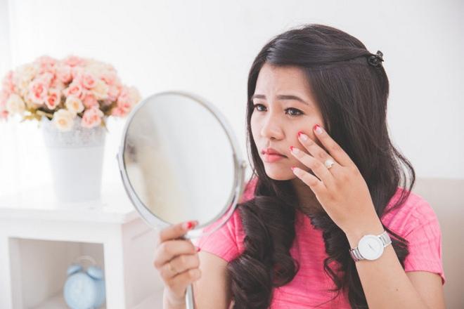 Девушка увидела в зеркало маленький прыщ под левым глазом