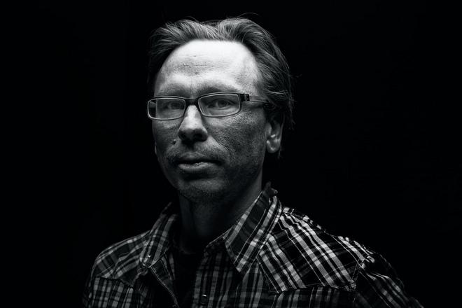 Мужчина в очках и клетчатой рубашке