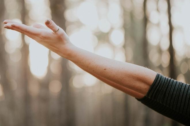 Женщина с кольцом на большом пальце левой руки