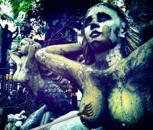 грудастая статуя