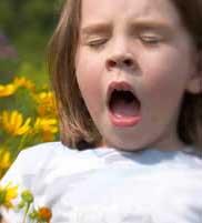 девочка чихает от пыльцы