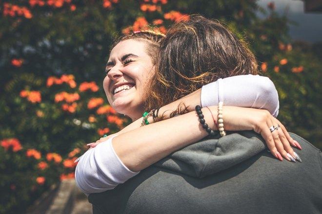 Девушка чихнула, обнимая парня