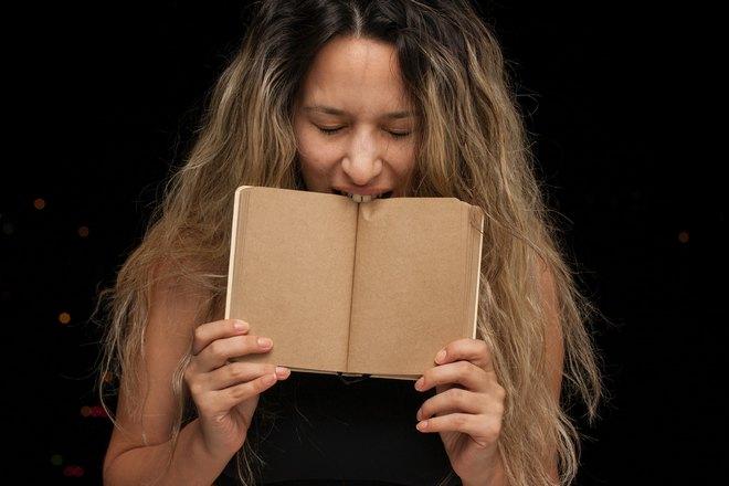 Девушка открыла пустые страницы и чихнула