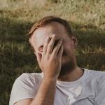 Мужчина чихнул и закрыл лицо ладонью
