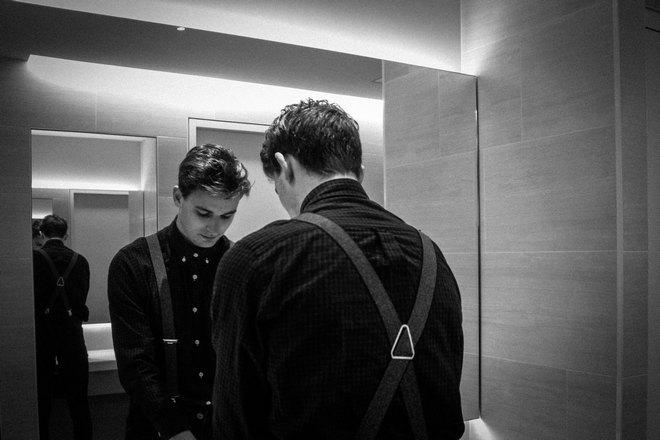 Парень в зеркальном коридоре