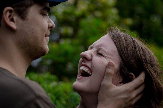 Парень и улыбающаяся девушка