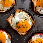 Соль рассыпалась между яйцами