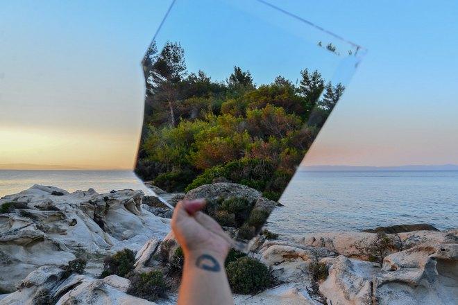 Зеркало возле моря