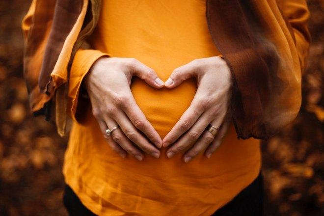 Беременная в оранжевом