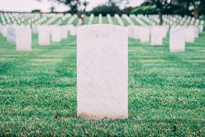 Белое надгробие