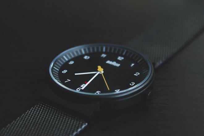 Часы с желтой секундной стрелкой