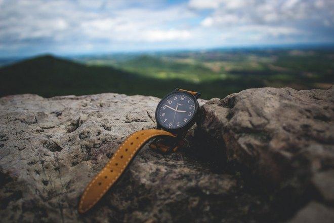 Наручные часы на камне