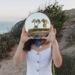 Девушка за круглым зеркалом