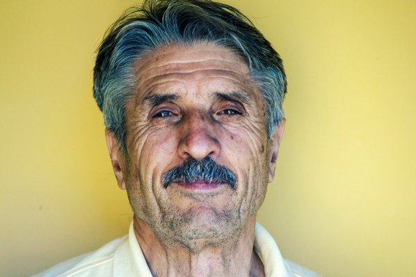 Мужчина с родинкой под левым глазом