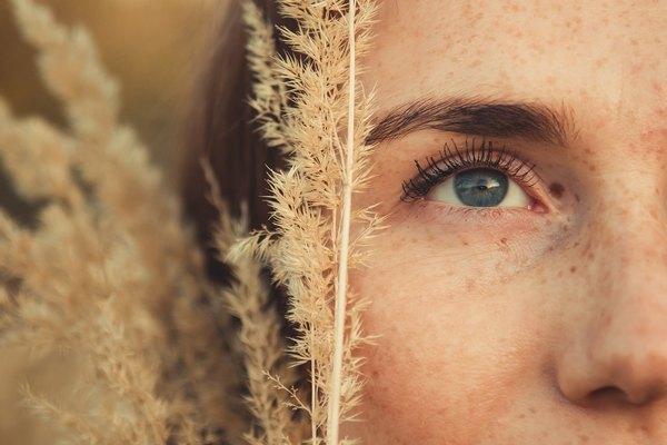 Девушка с травинкой