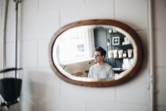 Небольшое овальное зеркало