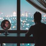 Отражение в зеркале и вид на ночной город