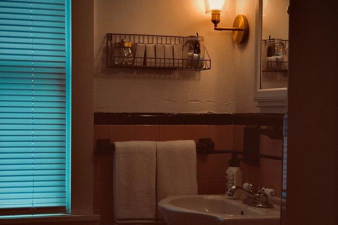 Зеркало и окно в ванной