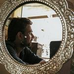 Отражение парня с бородой