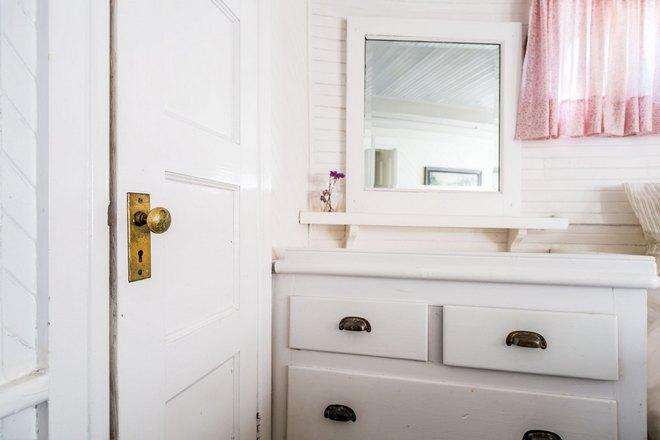 Прямоугольное зеркало возле дверного проема