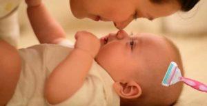 бреют ребенка пока он нежится