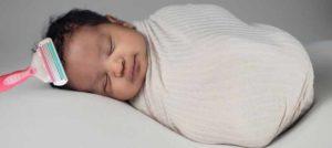 бреют спящего ребенка