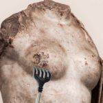 чешется античная грудь
