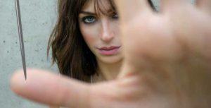 девушка уколола большой палец