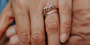 кольцо на безымянном левой руки