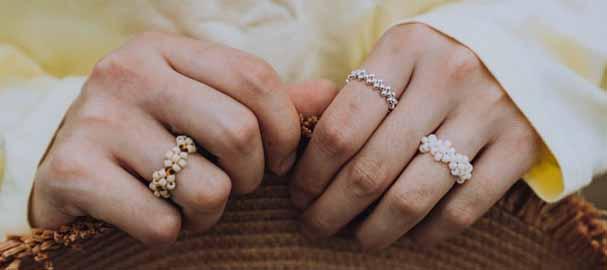 кольца на безымянном и указательном на двух руках