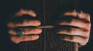 кольца на безымянном и укзательном с книгой