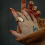 кольцо на указательном пальце