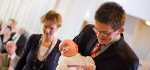 крестят ребенка