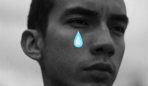 парень грустит