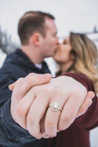 счастливая пара с кольцами
