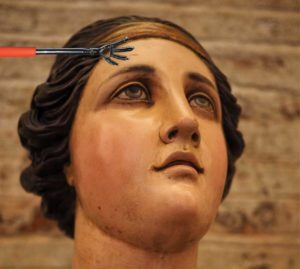 у статуи девушки чешется лоб