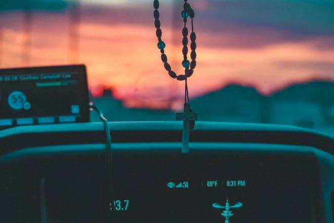 Крестик в автомобиле
