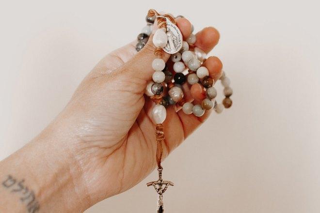 Крестик в левой руке