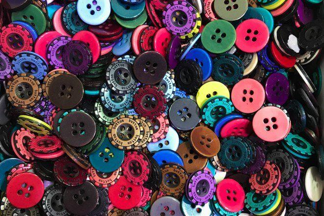 Много разноцветных пуговиц