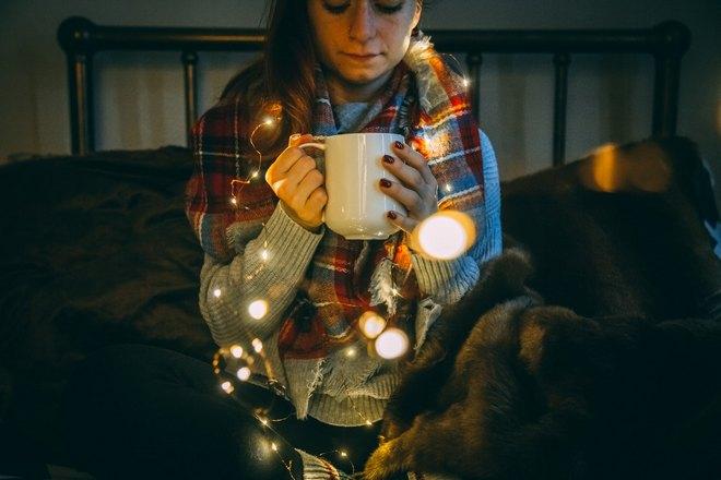 Девушка с чашкой и гирляндой