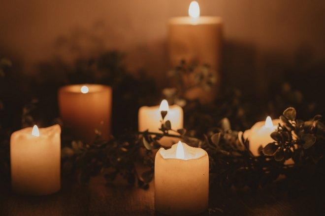 Несколько горящих свечей