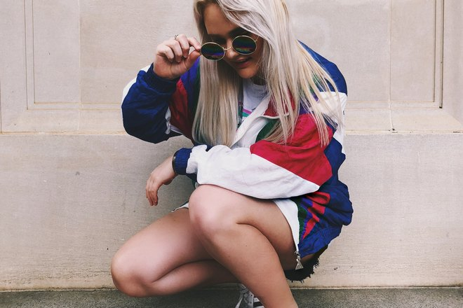 У девушки в очках чешется колено