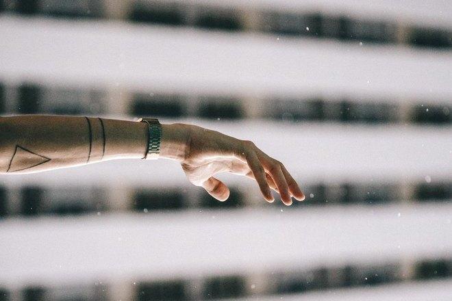 Правая рука с часами