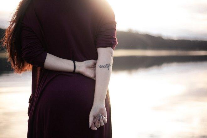 девушка держит руки за спиной