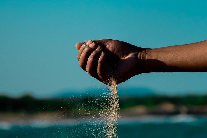 правая рука в песке