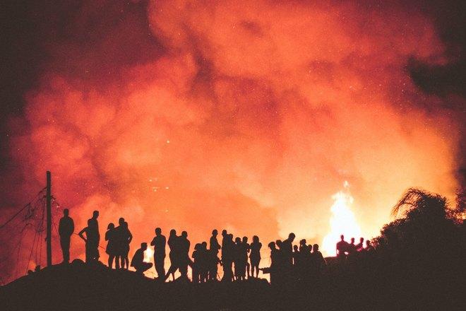 Люди возле пожара